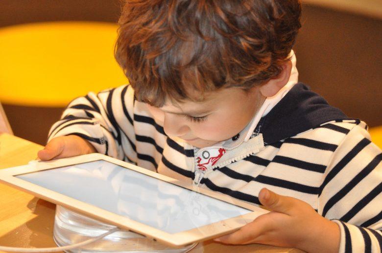 Živjeti zajedno u svijetu koji ne poznajemo: Roditeljstvo i odrastanje uz suvremene tehnologije u predškolskoj dobi